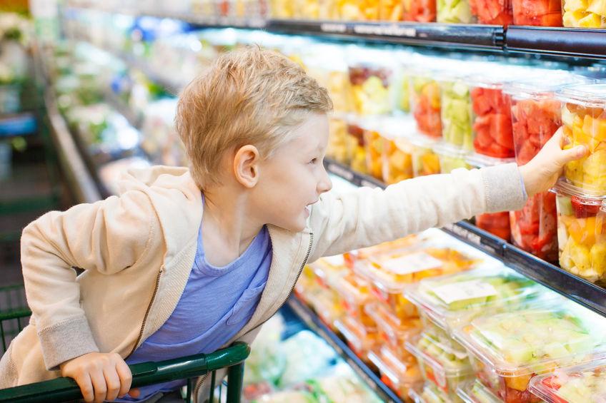 スーパーで買い物をする子供