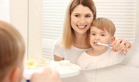 虫歯予防で歯を磨く子供