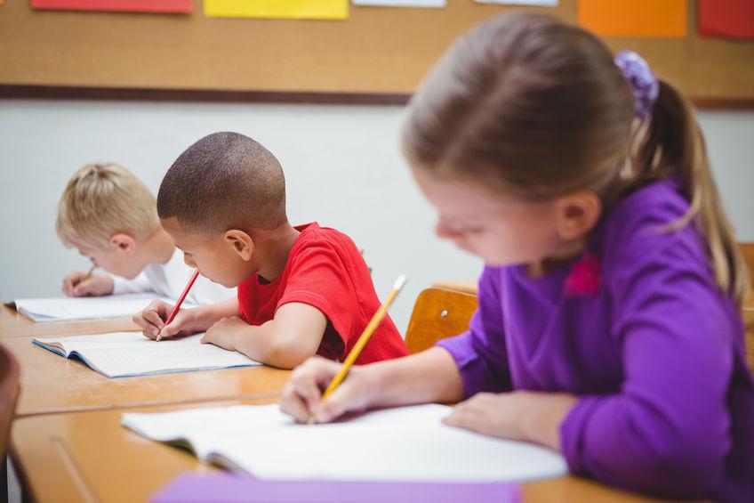 試験問題を解く子供たち
