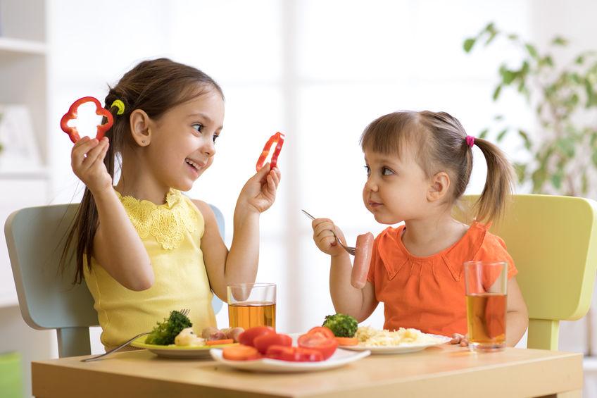家で楽しくご飯を食べる子供