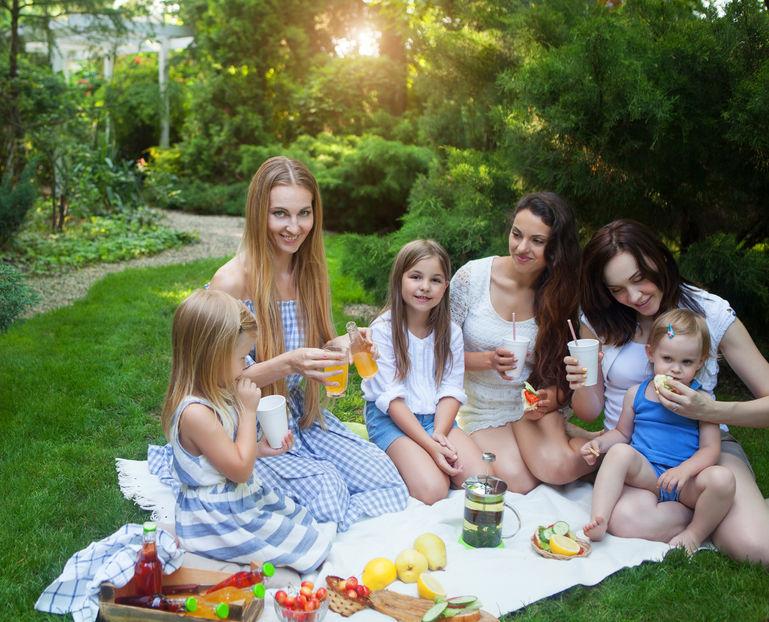 友達と食事をする子供たち