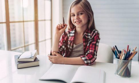 国語の勉強をする子供