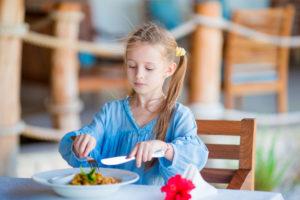 マナーを守って食事をする子供