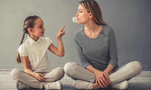 ガムを噛む親子