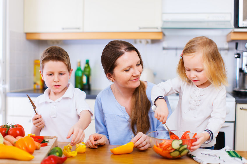 料理の手伝いをする子供