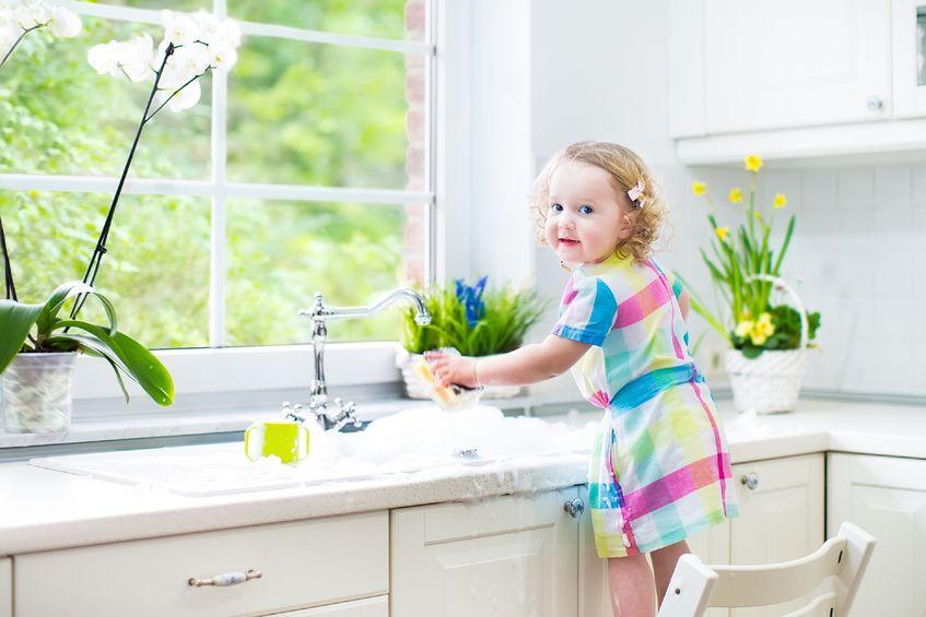 皿洗いを手伝う子供