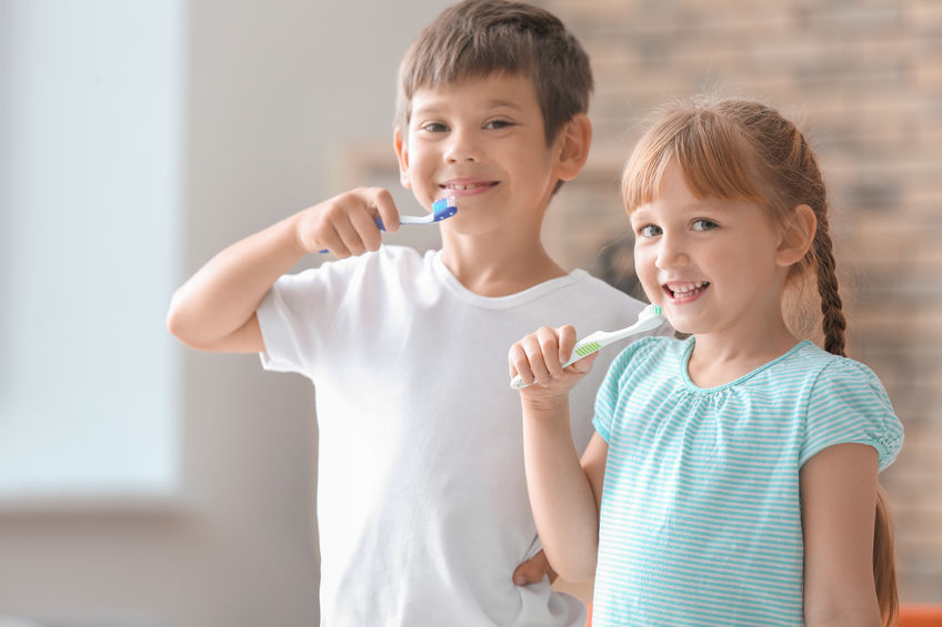 虫歯予防のために歯を磨く子供