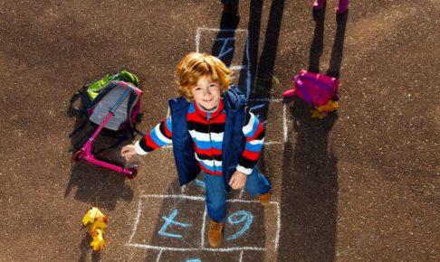 外遊びを楽しむ子供