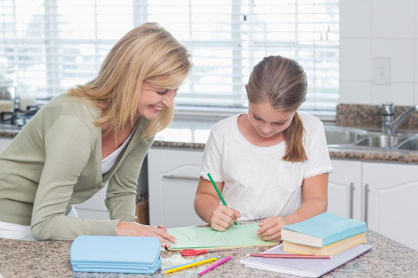 子供の勉強をみる親