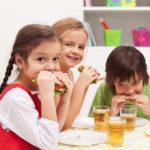 コンビニご飯を食べる子供