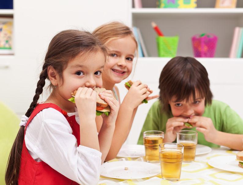 よく噛んでご飯を食べる子供