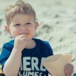 お菓子を食べる子供