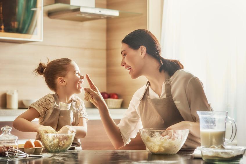 子供の発想にリアクションを取る母親