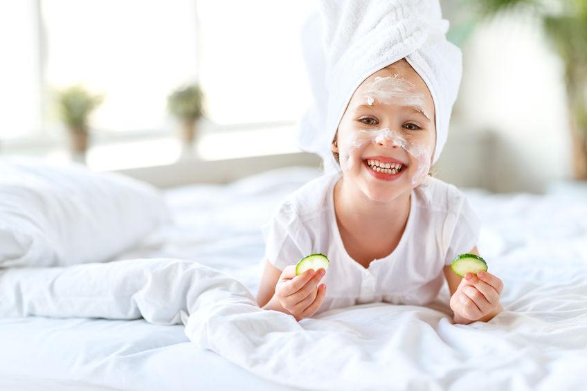 顔を洗う子供