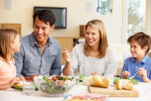 家族で食事を囲む