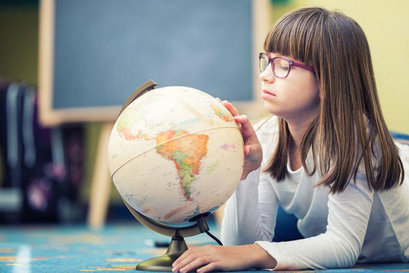 地球儀をみる子供