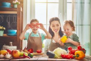 食事を作る親子