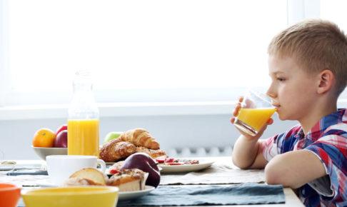 一人でご飯を食べる子供