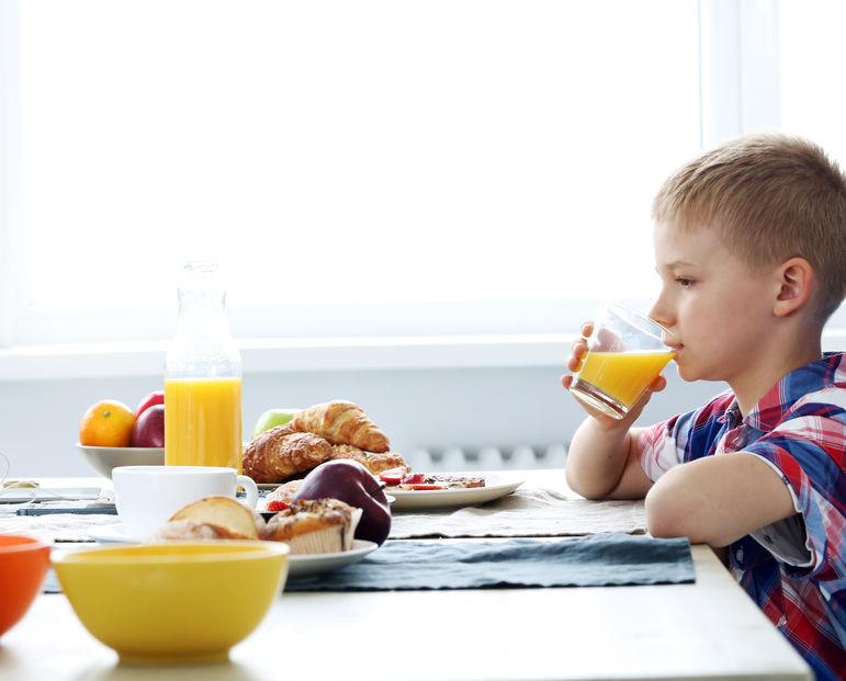 朝ごはんを食べる子供