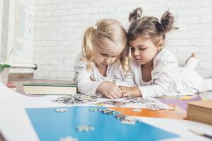 パズルで遊ぶ子供