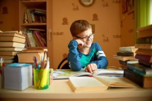 家庭で勉強をする子供