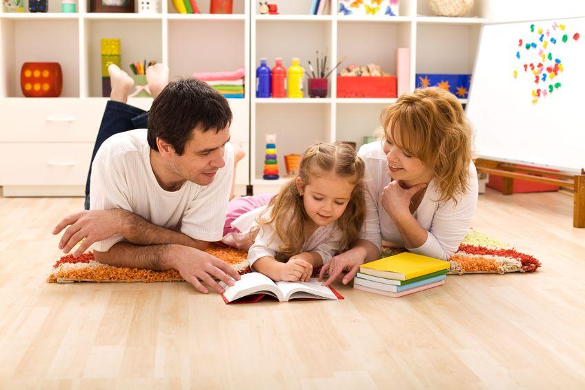 絵本や図鑑を読む子供