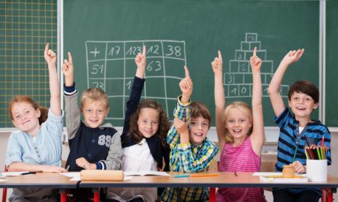 算数の勉強をする子供たち