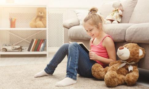 音読の宿題をする子供