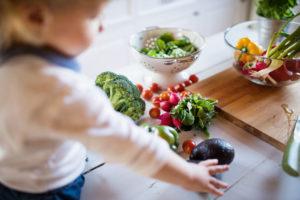 野菜をたくさん食べる子供