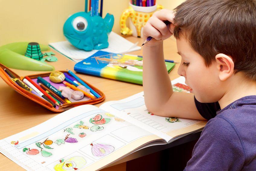 絵を描く練習をする子供