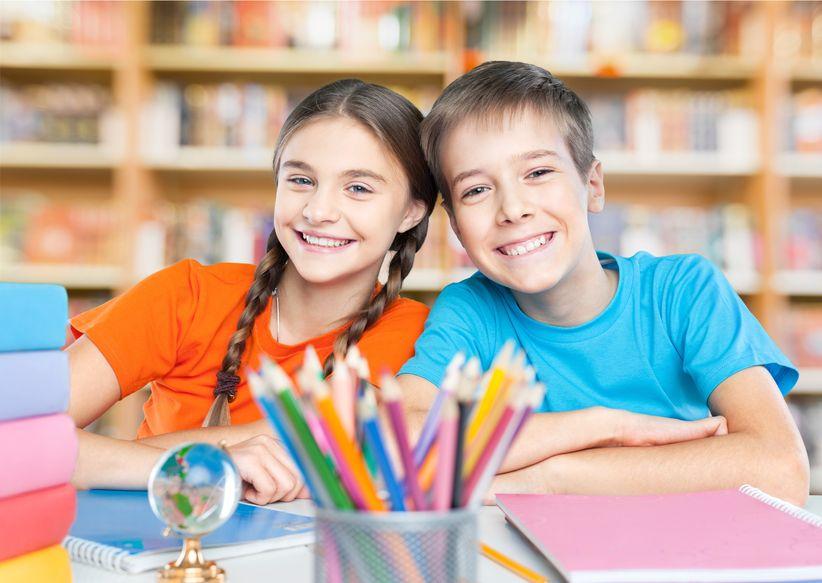 学校で勉強をしている男の子と女の子