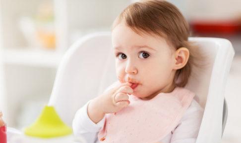 離乳食を食べる子供