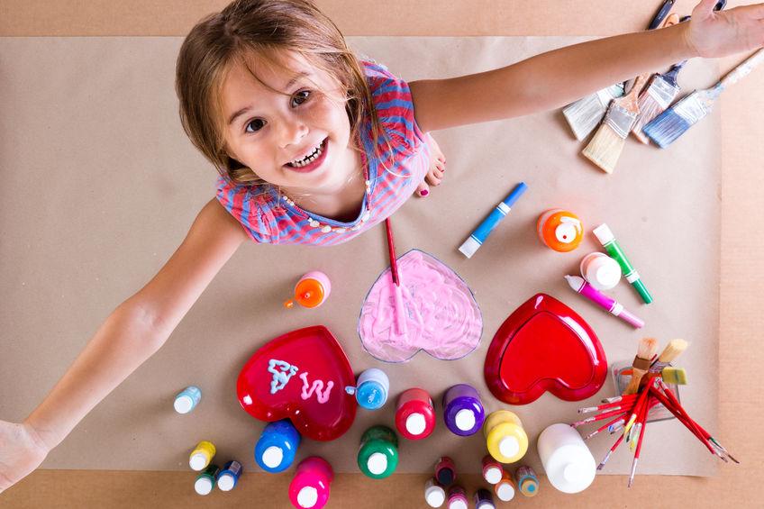 絵の具を使って絵を描く子供