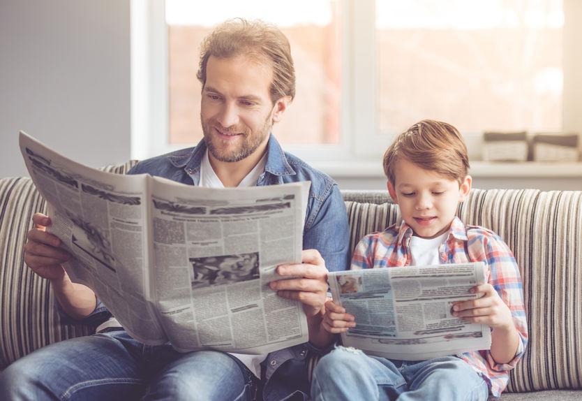 新聞を読む親子