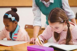 個別塾で勉強をする子供