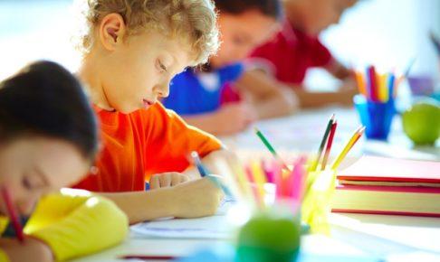 塾で勉強をする子供