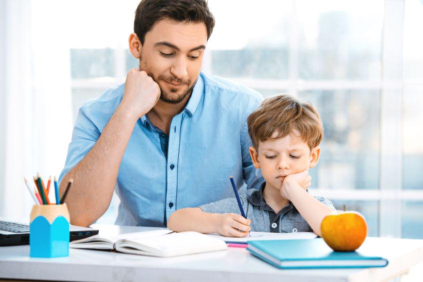 子供の勉強を見る親
