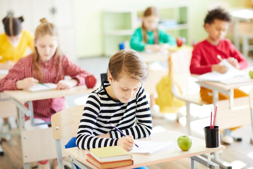 テストを受ける小学生
