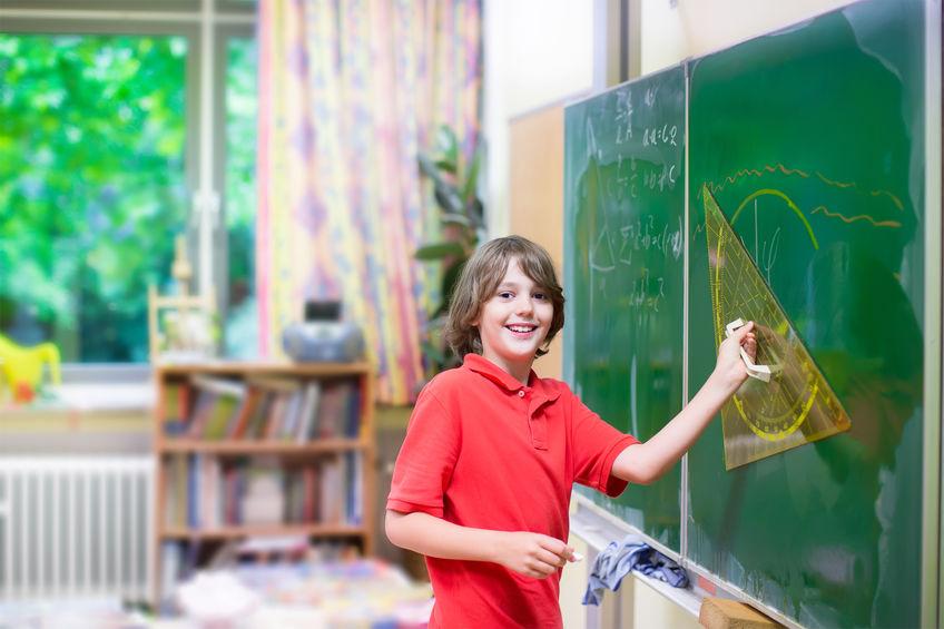 図形の勉強をする小学生