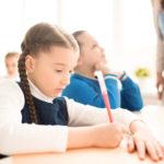 塾で勉強する小学生