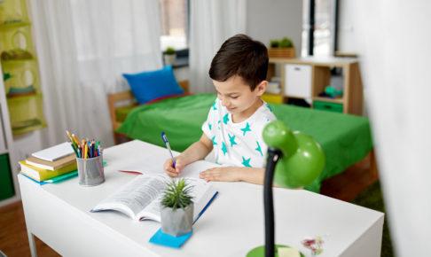 自宅で勉強をする子供