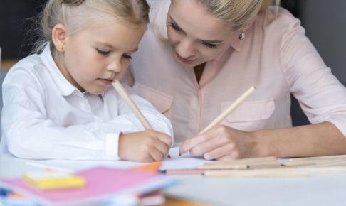 小学校受験の勉強をする親子