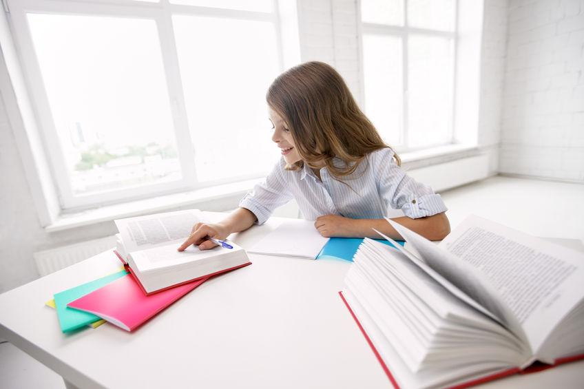 意欲的に勉強をしている子供