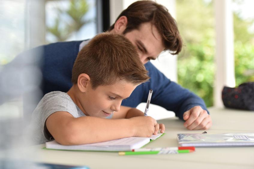 家庭で受験勉強をする子供
