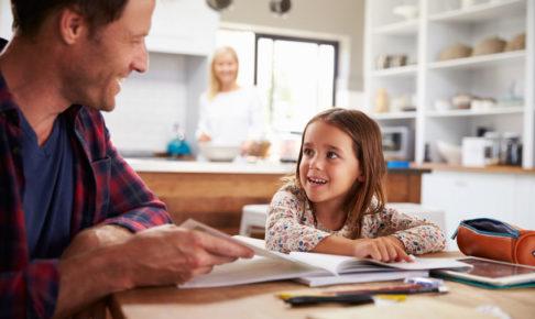 家庭学習をする子供