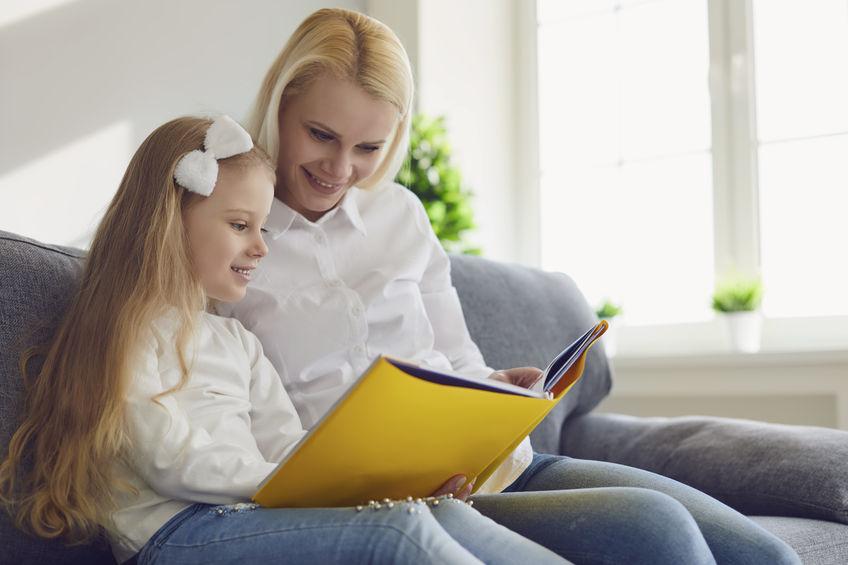 音読の宿題をする子ども