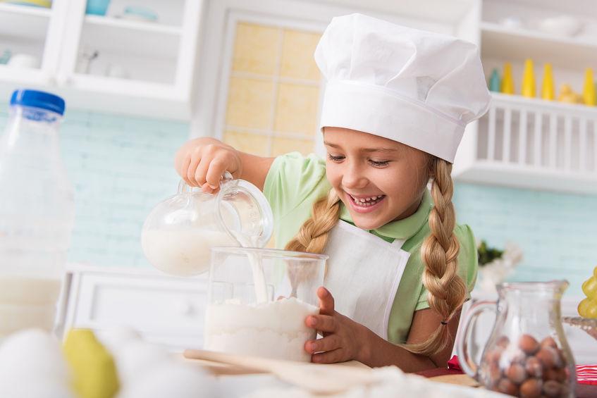 料理を楽しむ子ども