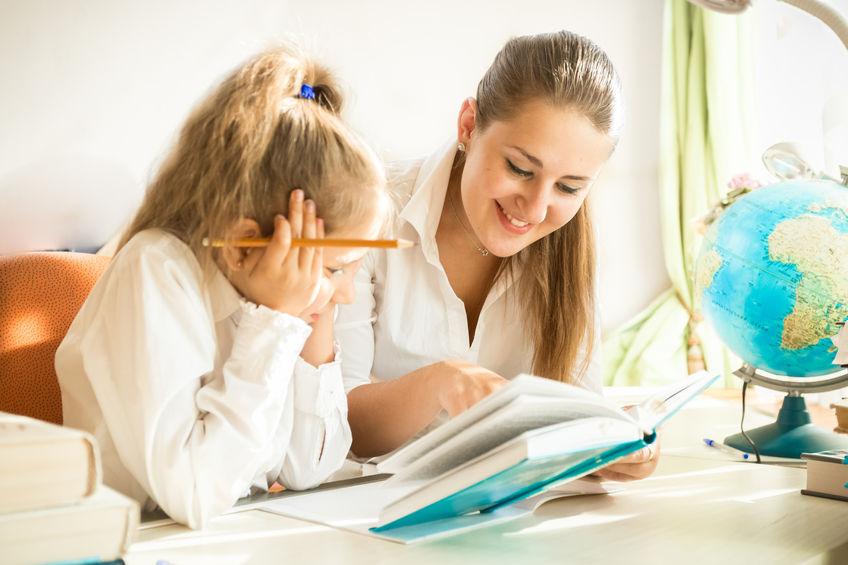 家庭で勉強をする親子