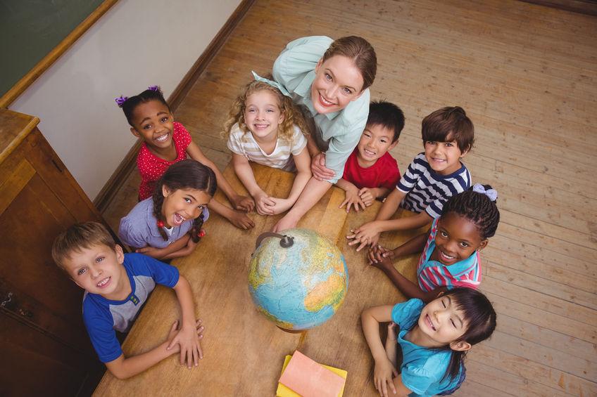 学校で勉強をする子供たち