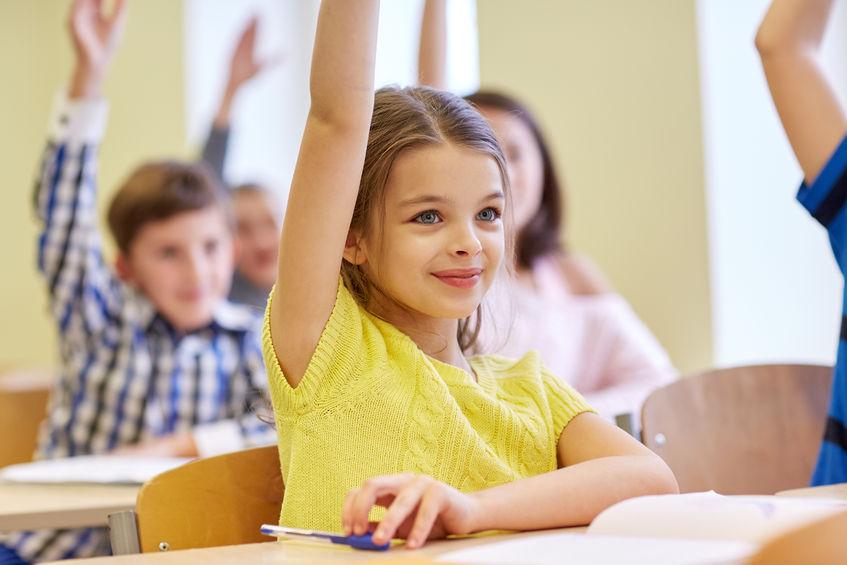 小学校の授業を受ける生徒